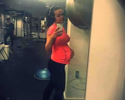Bloggaren och Instagrammaren Camilla Berg recenserar våraträningslinne och träningstshirt för gravida
