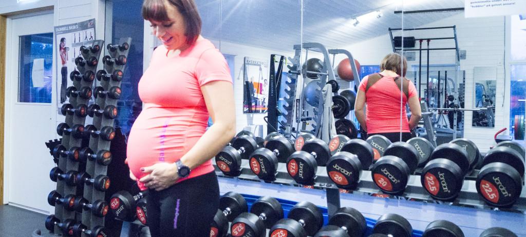 Madeleine Rybeck visar träning för gravida