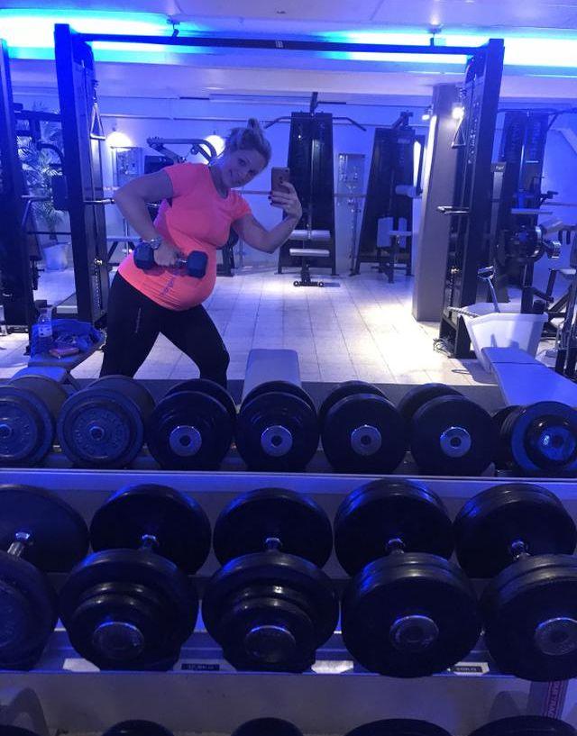 Anna Brolin visar upp träning från gymmet i våra träningskläder för gravida